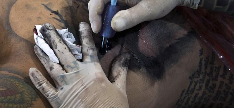 Zavarja, ha a légiutas-kísérőnek piercing van az orrában?