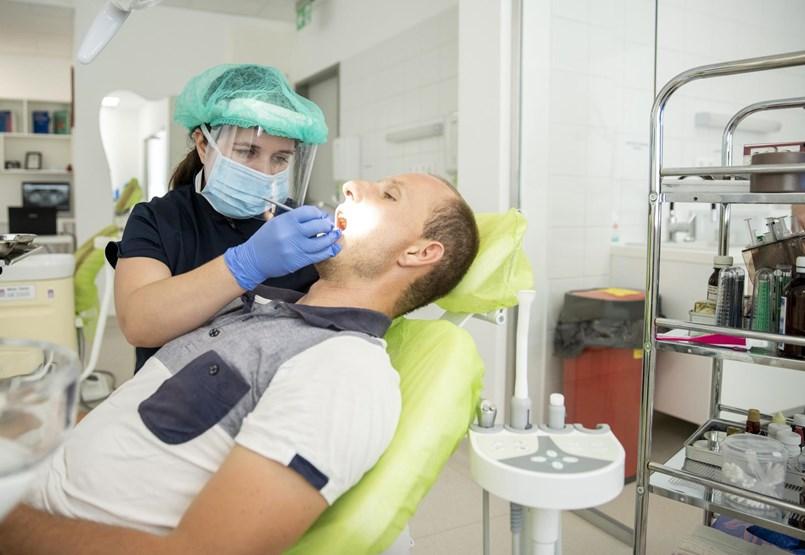 Az állami fogorvosoknak rettegést, a magánszolgáltatóknak csődöt hoz a járvány