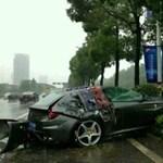 Mercivel ütközött az esőben egy Ferrari FF Kínában - fotók