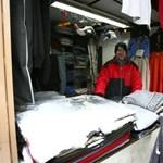 Ömlik a hó a vásárcsarnokba Szombathelyen
