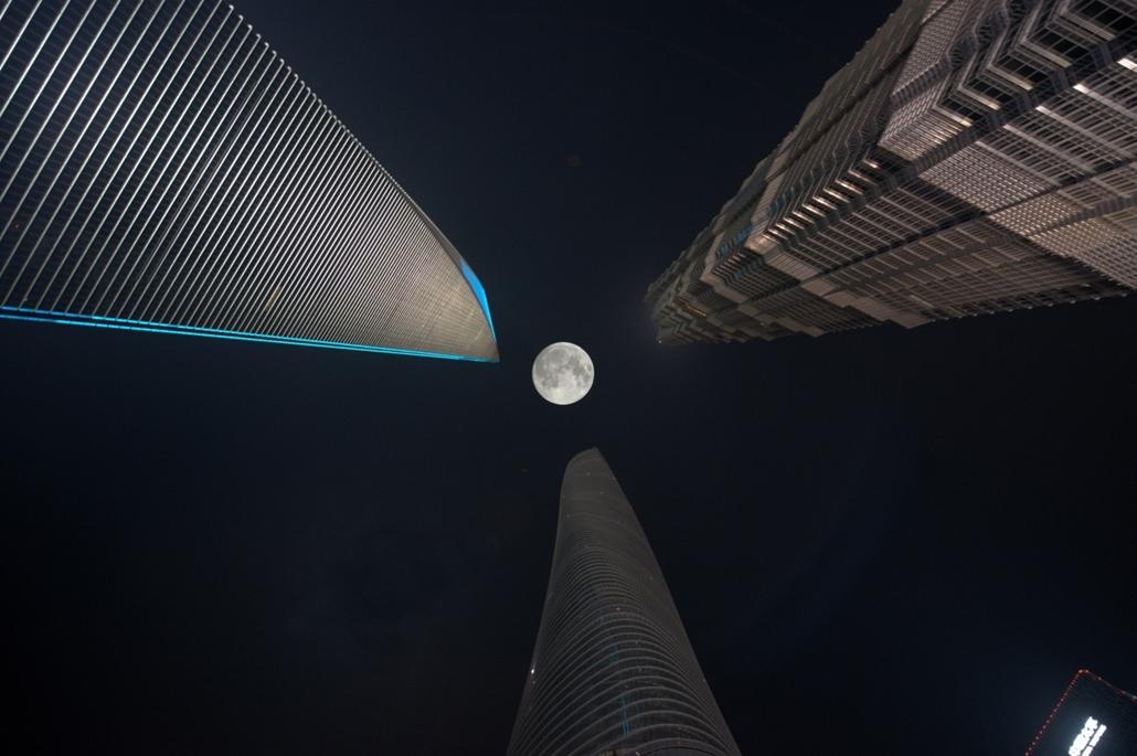 afp.15.09.28. - Sanghaj, Kína: holdfogyatkozás a Sanghaj Tower, a Sanghaji Pénzügyi Központ és a Jinmao torony hármasa között - szuperhold