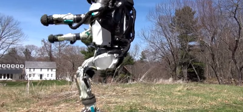 Leesik az állunk: videón, ahogy a szabadban kocog az Atlas emberszabású robot
