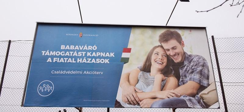 Világhírű lett a kormány új plakátja, amelyiken a jól ismert mémpár van