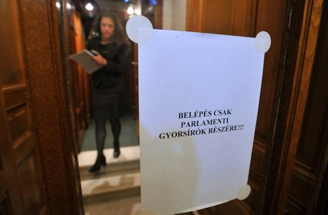 Egy parlamenti gyorsíró elhagyja üléstermet az Országgyűlés plenáris ülése alatt.