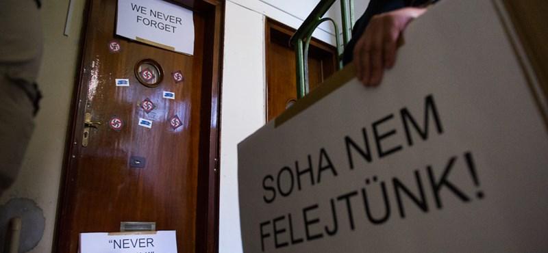 Flashmobot tartottak a náci háborús bűnös Csatáry lakásánál