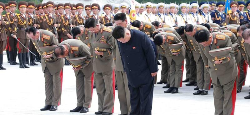 Obama megszorította Kim Dzsong Un nadrágszíját