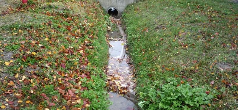 Vörös és büdös: árokba folyik a tisztított ivóvíz, amire milliárdokat költöttek