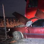 Fotók: Felismerhetetlenné roncsolódott az autó, amelyben két férfi meghalt szerda este
