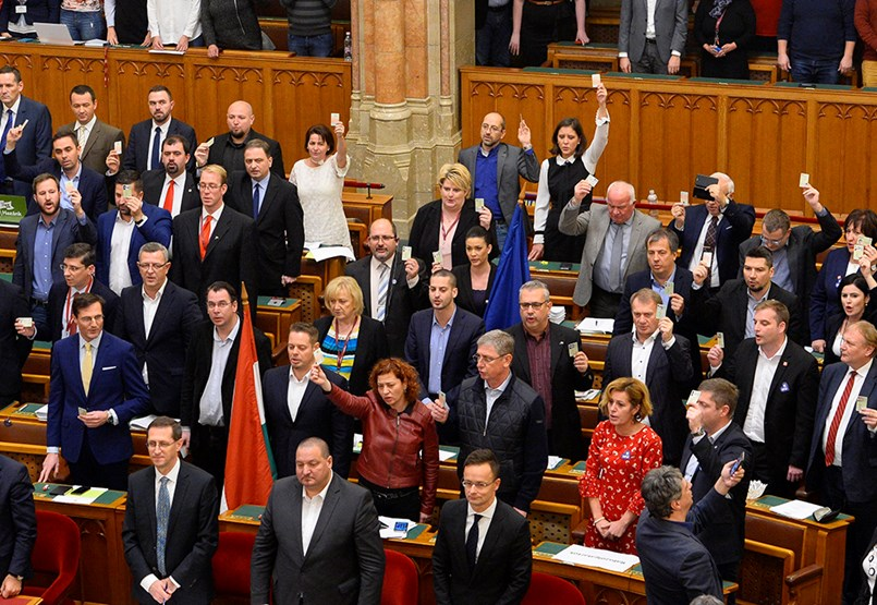 Soha nem látott balhé a Parlamentben: áttolták a túlóratörvényt