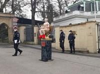 Pucér putyint ültettek arany wc-re a prágai orosz nagykövetség előtt