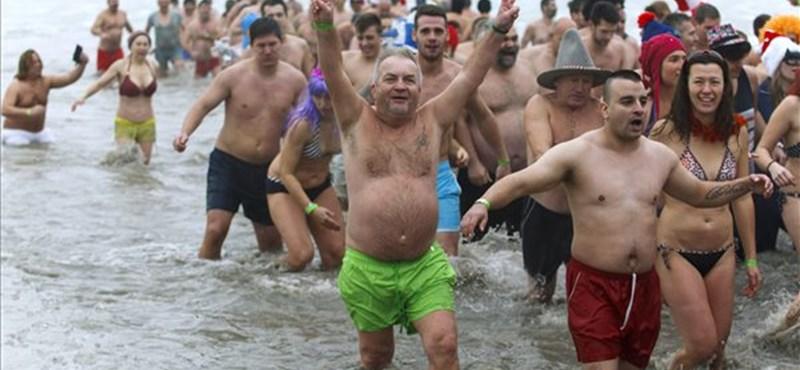 Fürdőruhában rohantak a jeges Balatonba az újévi fürdőzők - fotók