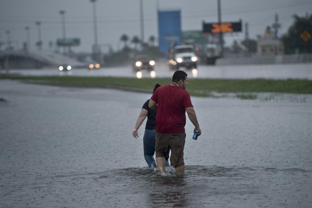 afp.17.08.27. - Houston, USA: Hurrikán után Houstonban. A heves esőzéssel kísért Harvey hurrikán végigsöpört a texasi partvidéken; pusztításai nyomán Texas állam 62 megyéje vált katasztrófa sújtotta területté.
