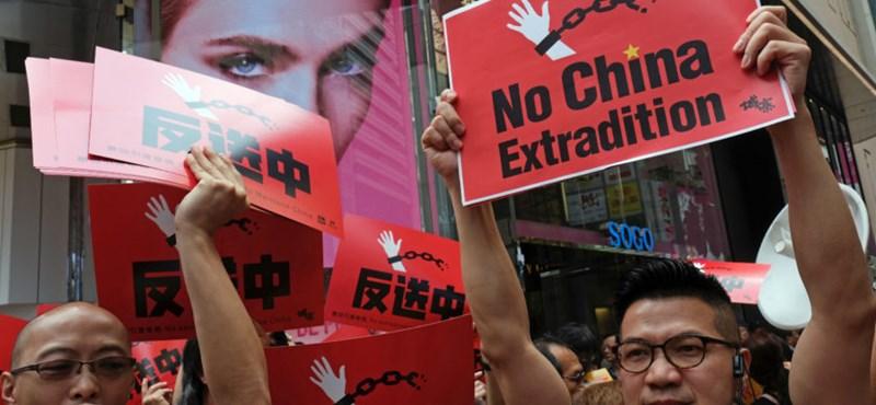 Továbbra sincs nyugalom Hongkongban - rendőrök védik a parlamentet