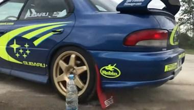 Egy finn persze hogy raliautóval csavarja le a kupakot – videó