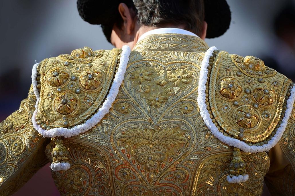 afp. hét képei - 2014.04.21. A képen a hímzés a ruha a fény a spanyol matador Paco Urena utolsó napján a Feria Arles, április 21-én 2014 Arles, Dél-Franciaországban