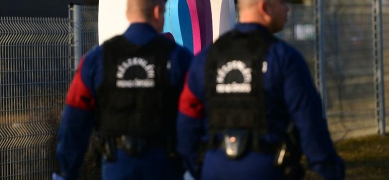 Cigifüstöt fújt a rendőrök arcába a tüntető, 150 ezres pénzbüntetést kapott