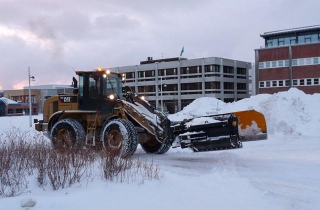 Alta városában a havat az iskola elé halmozzák fel