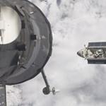 Fotók az űrből: az Endeavour kiköt a Nemzetközi Űrállomáson