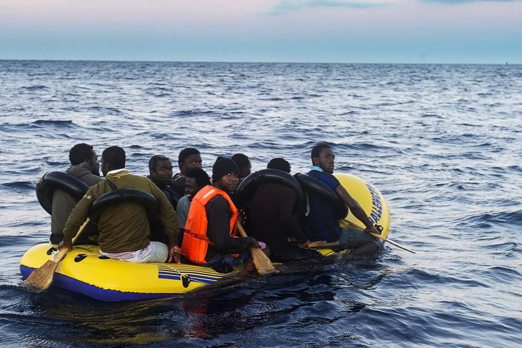 afp. hajóval érkező menekültek, migránsok, - 2012.11.13. Tarifa, Spanyolország, Would-be immigrants row in an inflatable boat off the Spanish coast, six miles (9.65 kilometers) from Tarifa, on November 13, 2012. Spanish emergency services and the Red Cros