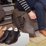 Távolságtartó cipőket készít egy kolozsvári cipészmester