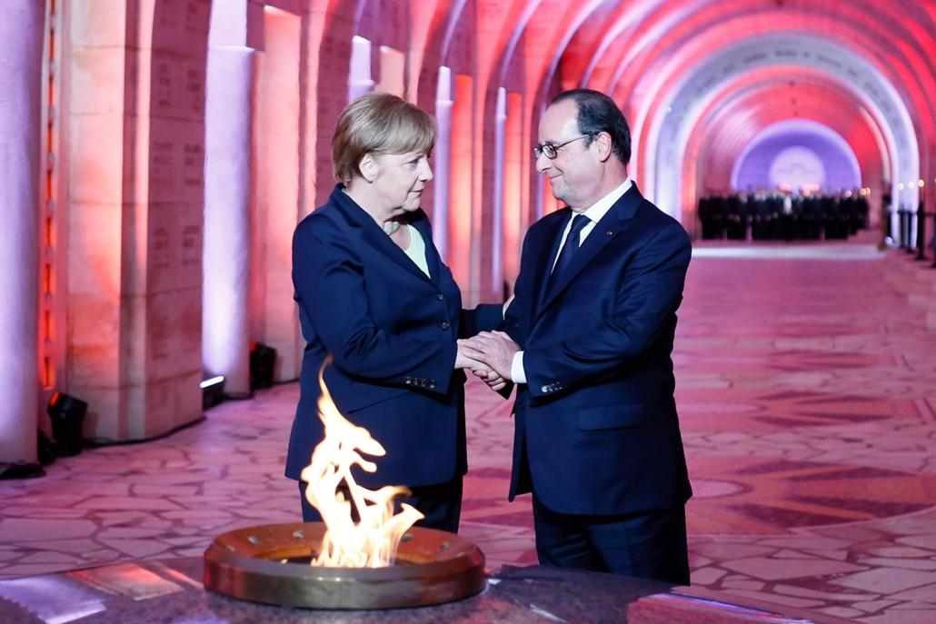mti.16.05.29. - Douaumont: Francois Hollande francia államfő (j) és Angela Merkel német kancellár lerója kegyeletét az örök láng előtt a verduni csata 100. évfordulója alkalmából Douaumont-ban 2016. május 29-én. A verduni ütközet volt az első világháború