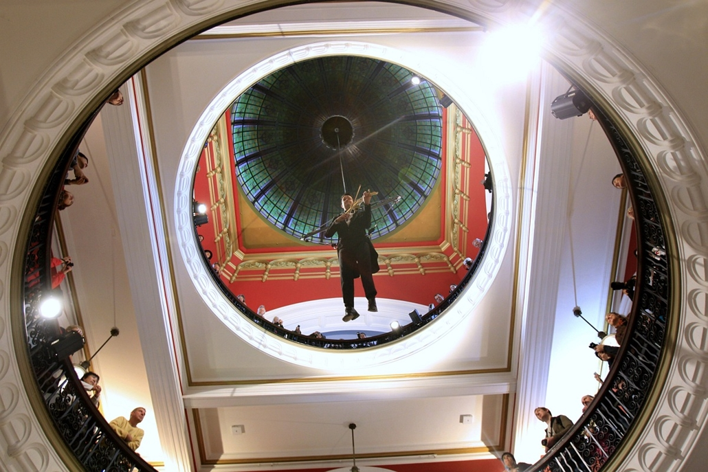 Sidney: Shenzo Gregorio ausztrál hegedűművész egy trapézon függve játszik hangszerén a Viktória királynő épület kupolájában.
