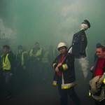 Száll a füst, nyílnak a tűzcsapok a tüntetők nyomában – Nagyítás-fotógaléria