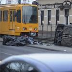 Halálos gázolás: oldalára borulva állt meg a síneken a megállót letaroló autó – fotók 18+