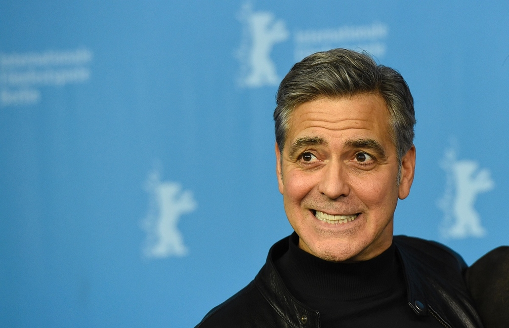 afp. 66. Berlini Nemzetközi Filmfesztiválon, Berlinale 2016 - US actor George Clooney poses during a photo call for the film Hail, Caesar! screened as opening film of the 66th Berlinale Film Festival in Berlin on February 11, 2016.