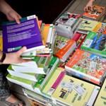 Tankönyvek: videókkal tiltakoznak a szülők, együtt vásárolnák meg a magánkiadók kiadványait