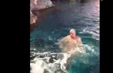Cápák közé ugrott egy meztelen férfi (videó)