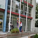 Novák Előd az újbudai városházáról is leszedte a szivárványos zászlót