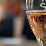 Francia pezsgőt ígért, de habzóbort szolgált fel a légitársaság, mehet a bíróságra