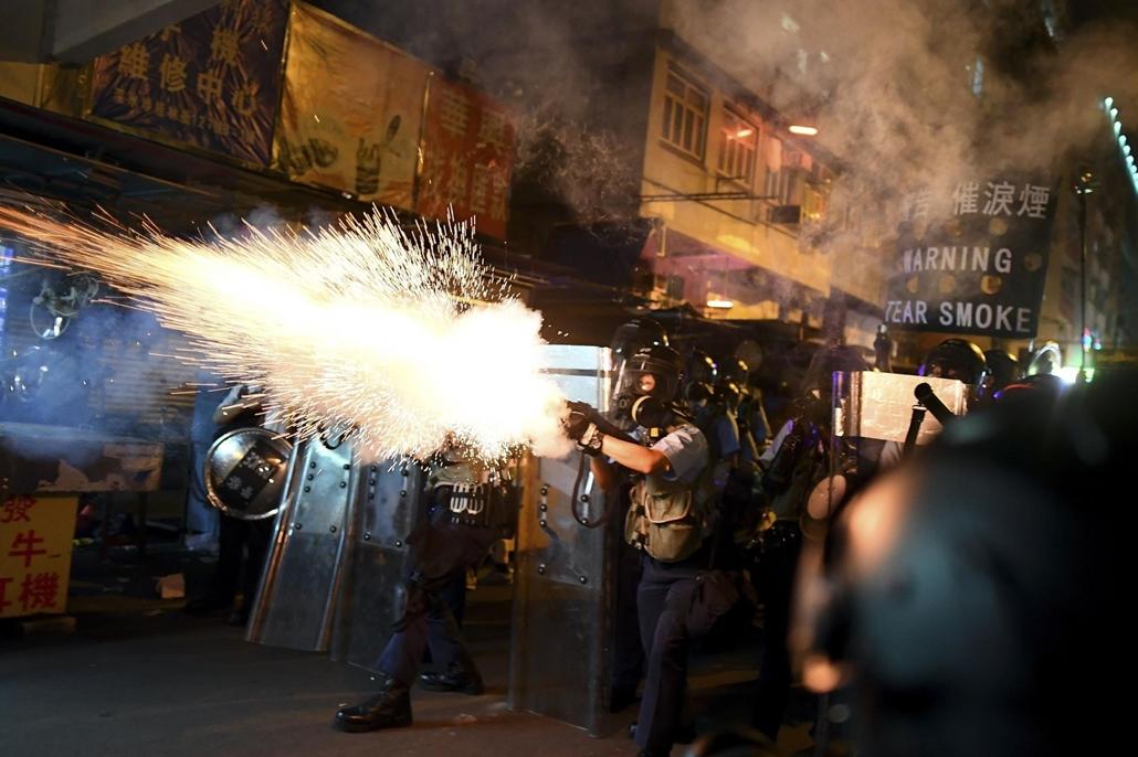 nagyítás afp.19.08.14. Hong Kong, rendőrök