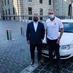 Különleges maszkban pózol Orbán Viktor a mentők napján