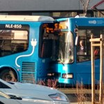 Belement egy busz a másikba a Széll Kálmán téren