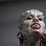 Horrorfilmbe illő lényekké tetováltatták magukat – fotók