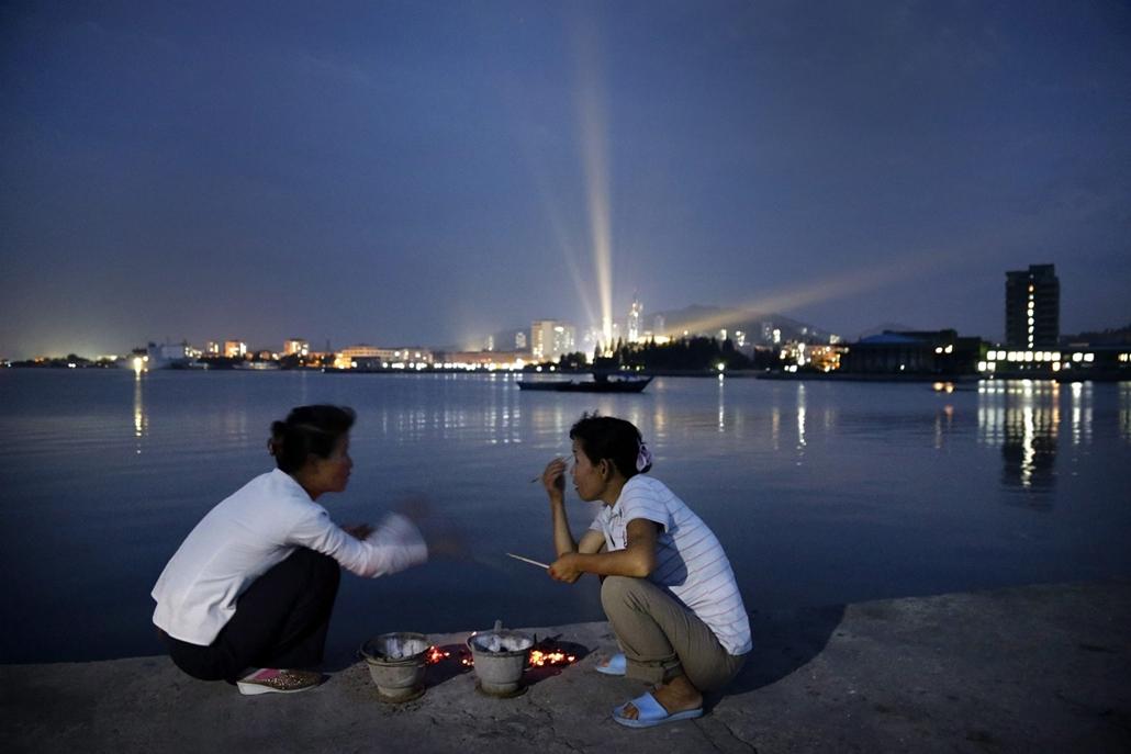 AP!!! augusztus 14-ig! hét képei - Turistaövezet Észak-Koreában, Két nő főz egy mólón az észak-koreai Vonszan városban kialakított nemzetközi turistaövezetben 2014. július 28-án este.