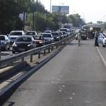 Bedugult a reptérre vezető gyorsforgalmi egy pórul járt kamion miatt