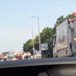 A táncoló kukásokkal fotózkodott a fideszes politikus – képek