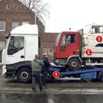 Fotó: így fér el két teherautó és egy Merci egymáson