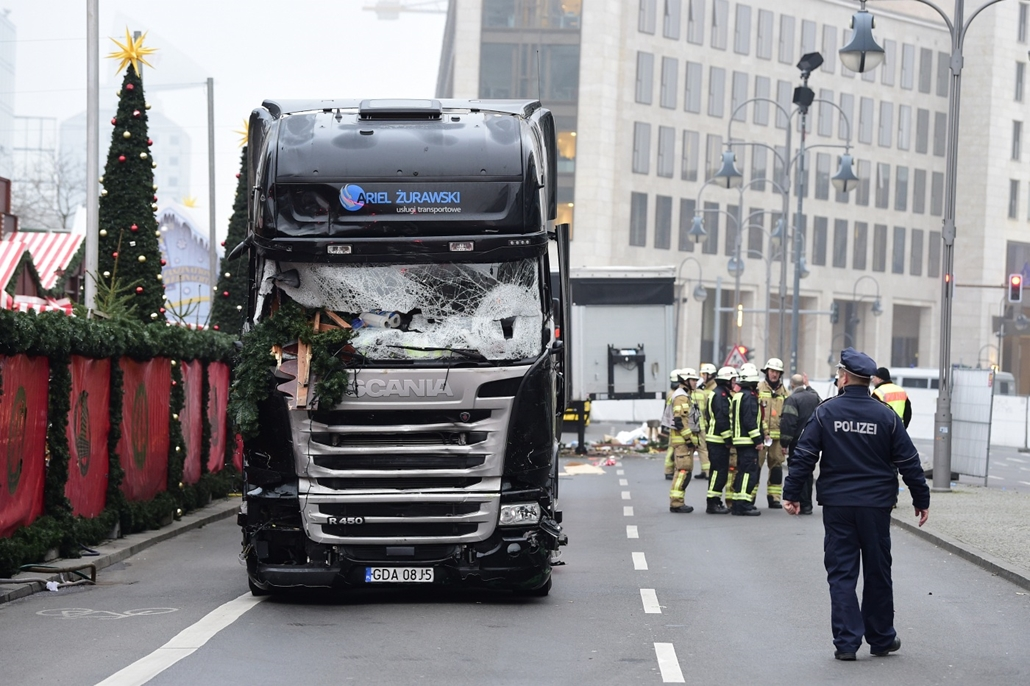 afp.16.12.20. - Berlin, Németország: berlini terrortámadás - kamion hajtott a karácsonyi vásárba, eddig tizenkét halott
