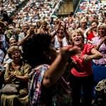 Mindenki a nyugdíjasokat akarja: 150 ezres alapnyugdíjjal, ingyen gyógyszerrel csábítják őket a pártok