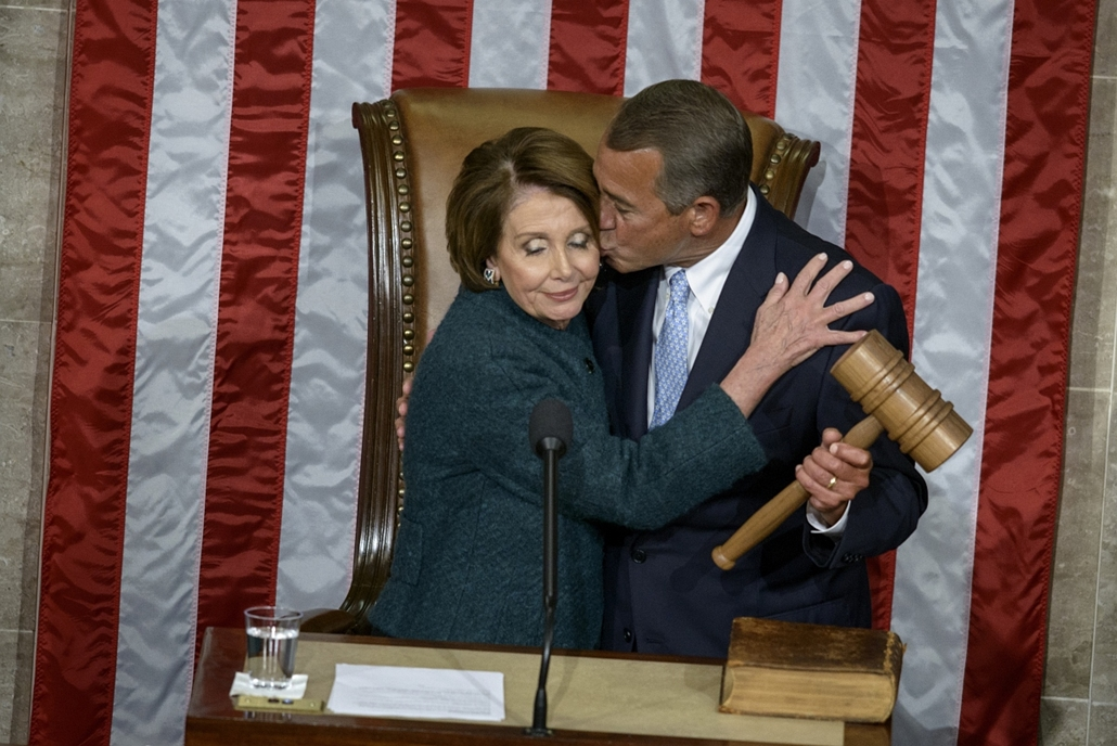 afp. Washington, Egyesült Államok - 2015.01.06. House Minority Leader Nancy Pelosi, D-CA, is kissed as she hands over the gavel to Speaker of the House John Boehner, R-OH, during a swearing-in ceremony in the House of Representatives as the 114th Congress