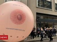 Felfújható mellel tiltakoztak a Facebook ellen