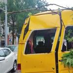 Egy kisbuszra dőlt a platánfa az Alkotmány utcában