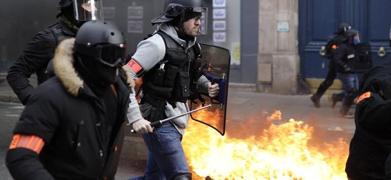 Összecsaptak a sárgamellényesek a rendőrökkel, egy tüntetőnek leszakadt a keze