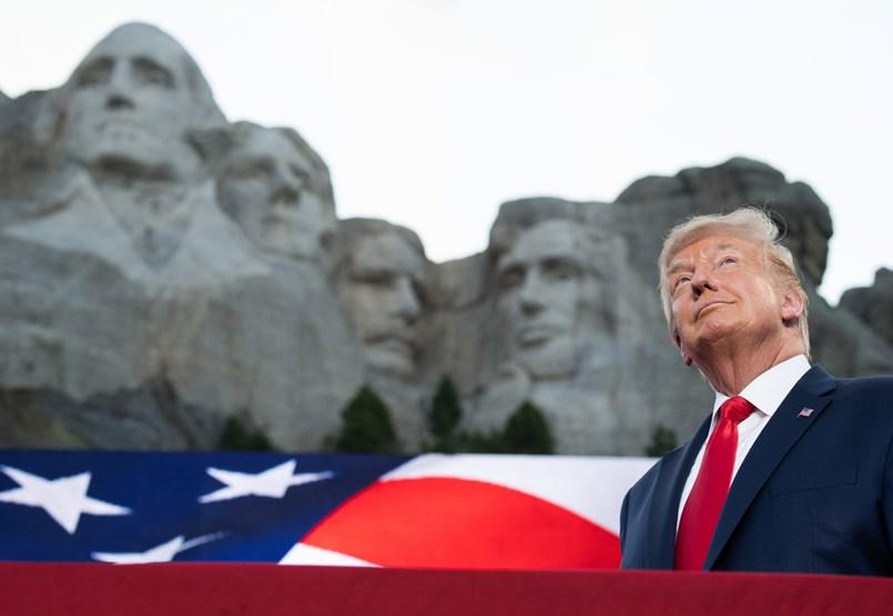 Hamburgerektől a falig: Trump elnöksége képekben