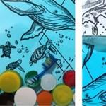 Szívószál és kupak a kiállítson, amely megmutatja, mit jelent a műanyagszennyezés