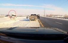 Erre a rendőrre valaki vigyáz odafönt: centiken múlott, hogy nem ütötte el egy kamion